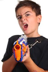 bambino con arma giocattolo