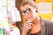 Junge Frau in Lottoladen spielt Lotto