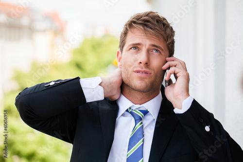 gestresster telefonierender Mann