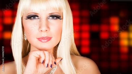 attraktive blonde junge Frau mit aufwändigem Makeup