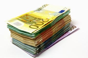 Geldstapel aus verschiedenen Euroscheinen 200 Euro liegt oben