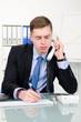 geschäftsmann macht notizen beim telefonieren