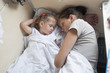 Мама и дочка спят на койке в вагоне поезда