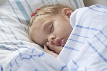 Четырехлетняя девочка спит на койке в поезде