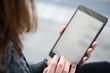 junge Frau bedient Tablet mit Hand