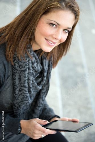 junge Frau mit Tablet lächelt