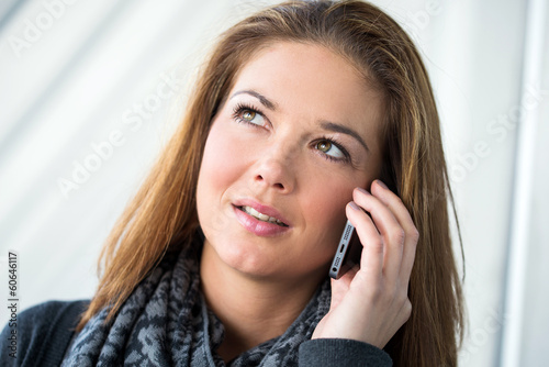 canvas print picture junge Frau mit Smartphone nachdenklich