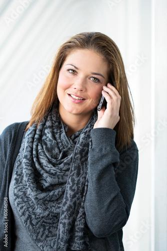 junge Frau mit Smartphone ansprechend
