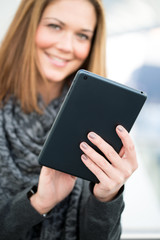 junge Frau mit Tablet lachend