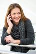 junge Frau telefoniert und freut sich