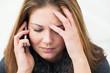 junge Frau telefoniert und denkt nach