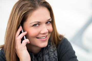 junge Frau telefoniert und lächelt