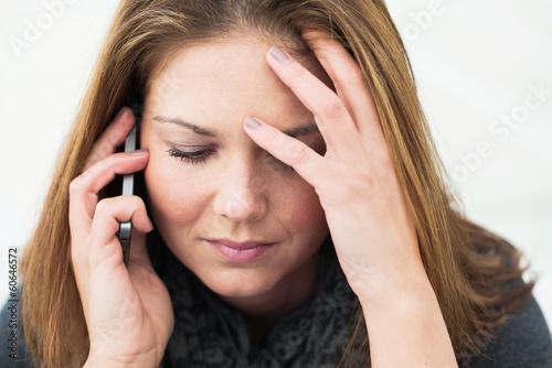 canvas print picture junge Frau telefoniert und denkt nach