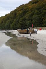Insel Rügen: Strand Sellin Binz Fischerboot