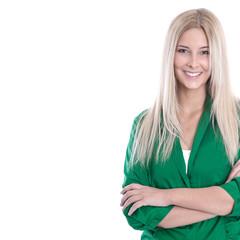 Hübsche lächelnde junge Frau in grüner Bluse freigestellt