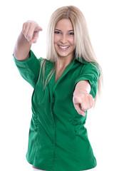 Glückliche junge Frau isoliert in Grün - Lebensfreude und Sieg