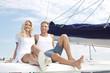 Junges Paar beim Segeln - Urlaub auf der Segelyacht maritim