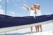 Segeln - Paar beim Segeln auf einem Katamaran im Sommer