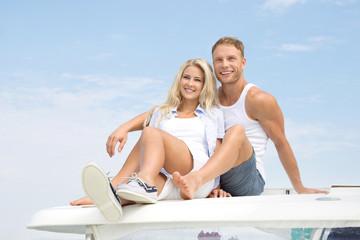 Touristen - junges Paar im Sommer Urlaub am Meer