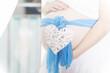 Babybauch mit blauer Schleife