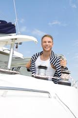 Segeln - Mann im Sommer mit seinem Boot - Katamaran