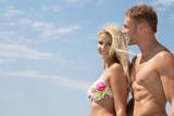 Junges verliebtes Paar am Strand im Urlaub als Hintergrund