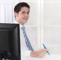 Junger Mann macht Karriere als Berater in einem Office