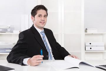 Junger Business Mann macht Karriere im Büro als Berater