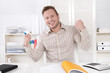 Traumjob - glücklicher junger Business Mann im Büro