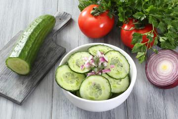 insalata di cetriolo con verdure