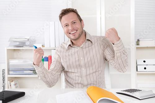 canvas print picture Traumjob - glücklicher junger Business Mann im Büro