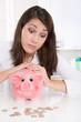 Frau traurig mit Schulden und Geldsorgen - Konzept Geld
