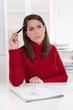 Verzweifelte frustrierte junge Frau sitzend im Büro