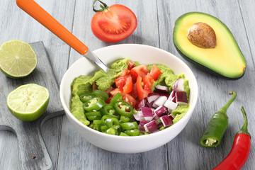insalata guacamole con frutta e verdura fresca