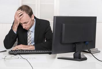 Frustrierter Mann hat Stress im Büro