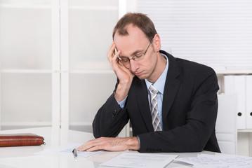 Schlafender Mann niedergeschlagen mit Burnout im Büro