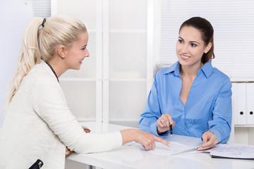 Beratungsgespräch unter Frauen in einem Büro