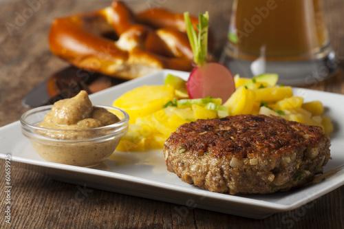 Leinwanddruck Bild Bayerischer Hackbraten mit Kartoffelsalat
