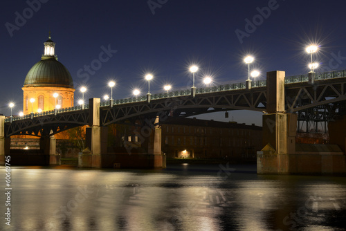 Pont Saint-Pierre à Toulouse de nuit