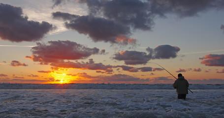 Pêcheur en surf casting en action