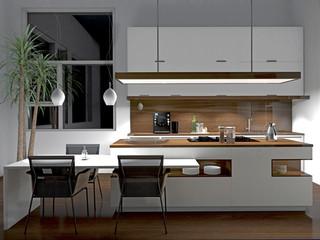 Weiße Küche mit Holzelementen