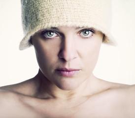 Beauty con cappello di lana bianco