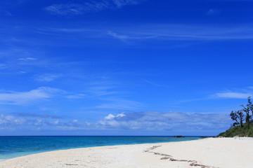 沖縄の海とさわやかな青空