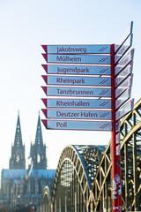 Kölner Dom, Hohenzollernbrücke und Wegweiser