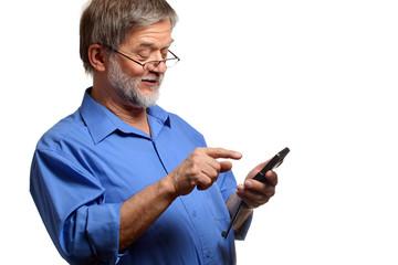 Älterer Mann benutzt Handy gern