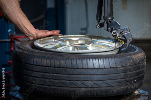 Leinwanddruck Bild changing tires