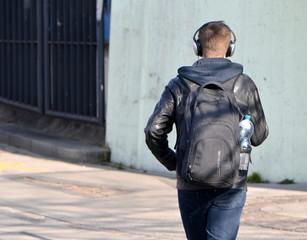 jeune en mouvement écoutant de la musique