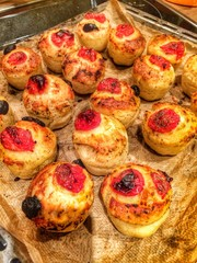 Little focaccia muffins with tomatoes