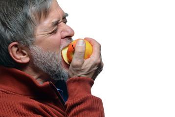 Mann beißt in Apfel