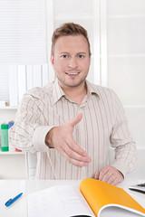 Vertragsabschluss per Handschlag - Business Mann im Büro